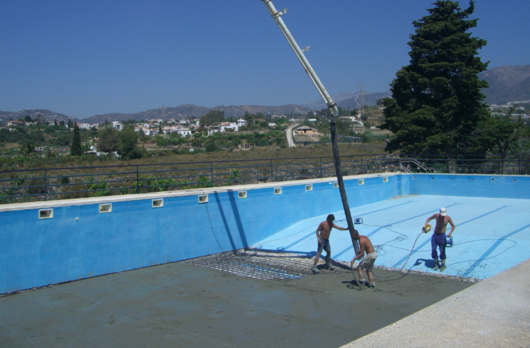 Reduction of 1 metre in the pool's depth by means of a new concrete base.